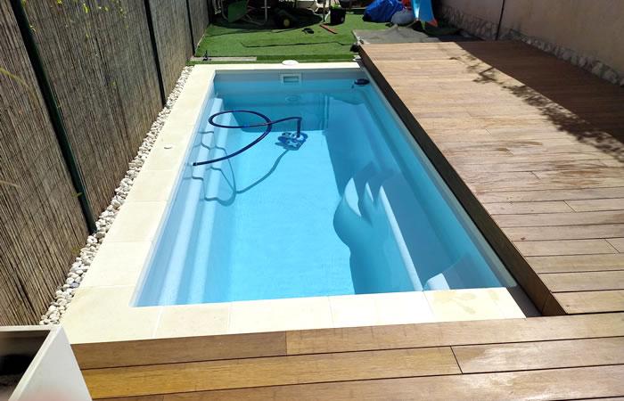 piscina de fibra smart con tarima flotante enrailada para esconder la piscina
