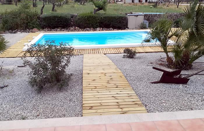 piscina de fibra unique 8 acabado perimetral en grava y tarima de madera