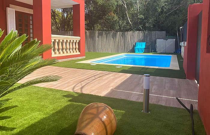 Piscina de fibra unique 6 en el secar de la real con césped artificial y embaldosado de terraza